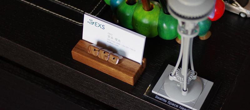 デスクをおしゃれに〜「名刺立て」を木彫りのオーダーメイド品にアップグレード!
